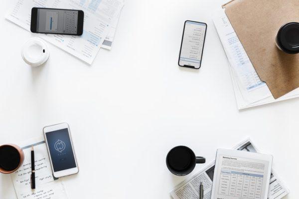 image-table-avec-telephones-carnets-cafés-article-blog