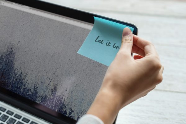 image-post-it-sur-ordinateur-texte-let-it-be-article-blog