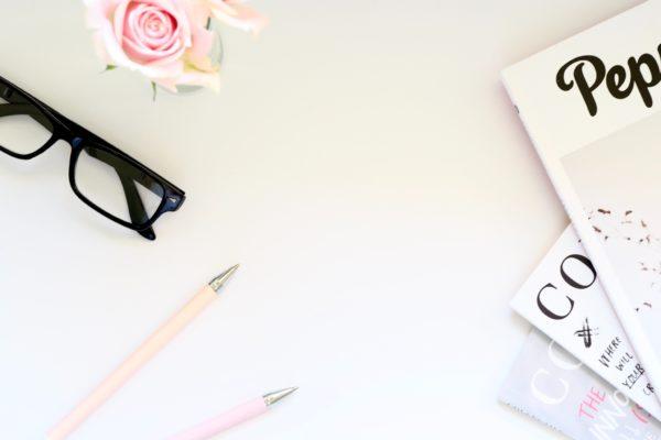 image-fond-blanc-stylo-rose-lunettes-magazine-article-blog