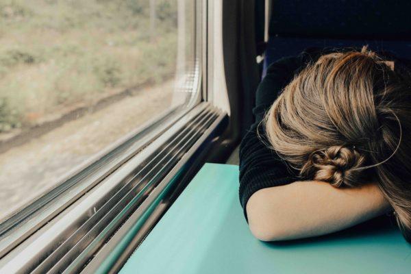 photo-femme-qui-dort-train-article-blog