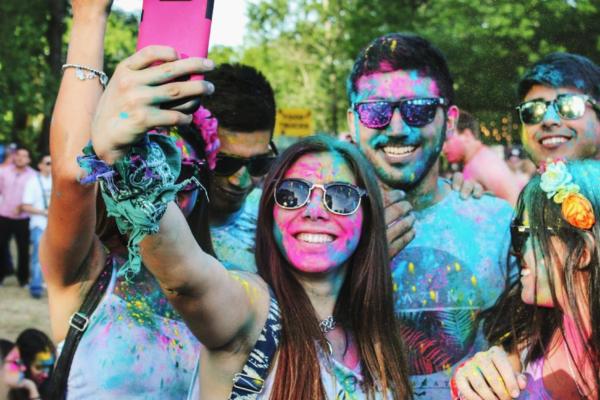 image-millenials-peinturés-selfie