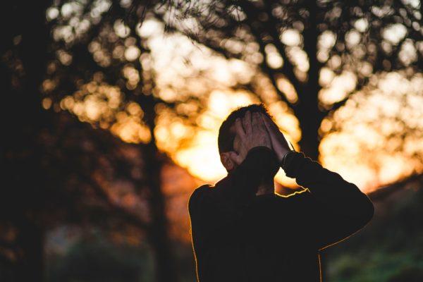 image-homme-stress-main-sur-le-visage