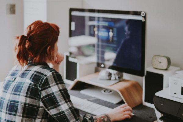 photo femme ordinateur